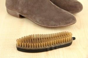 Как очистить от загрязнения обувь из светлой замши