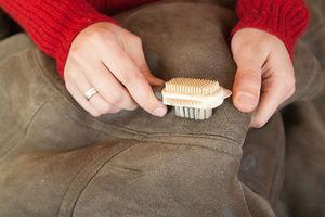 Способ и средства для чистки замшевого пиджака