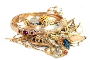 Чем чистить изделия из золота с камнями быстро и эффективно?