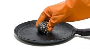 Как очистить сковороду или кастрюлю в домашних условиях от сильного нагара: народные и современные средства